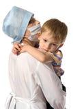 Enfant sur des mains au docteur Photographie stock libre de droits