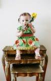 Enfant sur empiler des tables   Photo libre de droits