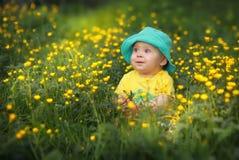 Enfant sur l'herbe Photographie stock