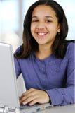 Enfant sur l'ordinateur images libres de droits