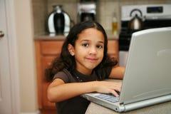 Enfant sur l'ordinateur photographie stock libre de droits