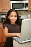 Enfant sur l'ordinateur photographie stock