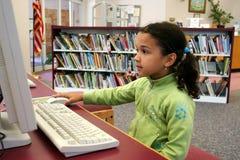 Enfant sur l'ordinateur Image stock