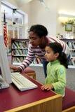 Enfant sur l'ordinateur avec le professeur photos libres de droits