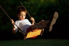 Enfant sur l'oscillation Images libres de droits