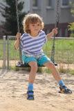 ENFANT SUR L'OSCILLATION Photo libre de droits
