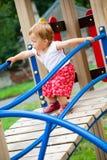 Enfant sur la cour de jeu Photo stock