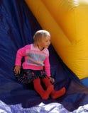 Enfant sur la glissière gonflable Photo stock
