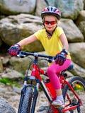 Enfant sur la montagne de tour de bicyclette Fille voyageant en parc d'été Photo libre de droits