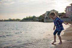Enfant sur la plage photo libre de droits