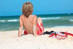 Enfant sur la plage avec la prise d'air Photos libres de droits