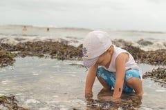 Enfant sur la plage près de l'océan Image libre de droits