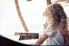 Enfant sur la plage regardant dans la mer de distance avec l'horizon pendant le mode de vie de voyage d'enfance de vacances de va images stock