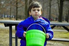 Enfant sur le banc de stationnement image stock