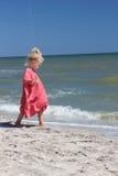 Enfant sur le côté de mer Photos stock