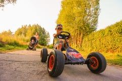 Enfant sur le chariot image libre de droits