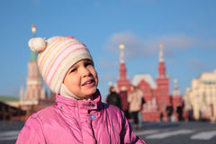 Enfant sur le grand dos rouge Moscou Photos libres de droits