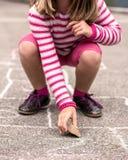 Enfant sur le jeu de marelle Image libre de droits