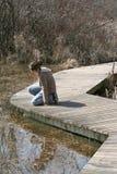 Enfant sur le journal de zone humide photographie stock