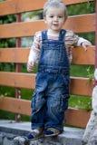 Enfant sur le mur Image libre de droits