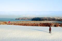 Enfant sur le terrain de golf et les falaises couverts par neige photos stock