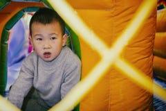 Enfant sur le terrain de jeu Photographie stock libre de droits