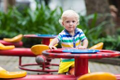 Enfant sur le terrain de jeu d'école Jeu d'enfants image stock