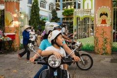 Enfant sur le vélo de sa maman Photographie stock