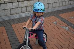 Enfant sur son vélo Photos stock