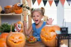 Enfant sur un festin de Halloween avec des potirons image libre de droits