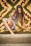 Enfant sur un fond d'un mur floral Pose d'enfant sur le fond floral, ressort, saison d'été Photographie stock