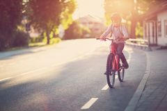 Enfant sur une bicyclette image libre de droits