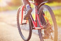 Enfant sur une bicyclette photo libre de droits