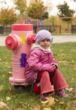 Enfant sur une bouche d'incendie rose Photo stock