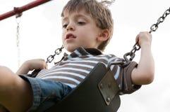 Enfant sur une oscillation Images libres de droits