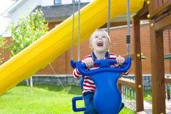 Enfant sur une oscillation Images stock