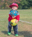Enfant tenant des ballons de football Photos stock