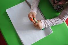Enfant tenant des crayons Images libres de droits