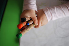Enfant tenant des crayons Photo stock