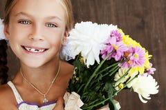 Enfant tenant des fleurs Images libres de droits