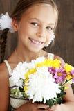 Enfant tenant des fleurs Image libre de droits