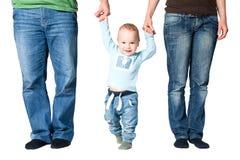 Enfant tenant des mains des parents Images stock