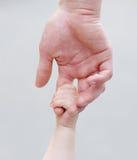 Enfant tenant la main du père Photo libre de droits