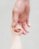 Enfant tenant la main du père Photos stock