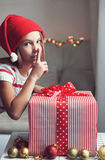 Enfant tenant le grand cadeau Photo stock