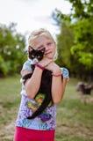 Enfant tenant le petit animal familier de chat Photographie stock