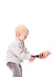 Enfant tenant le smartphone Photos libres de droits