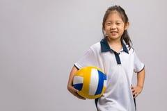Enfant tenant le volleyball, d'isolement sur le blanc Photo stock
