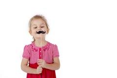 Enfant tenant une moustache sur un bâton image libre de droits