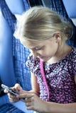 Enfant texting sur le téléphone portable Photographie stock